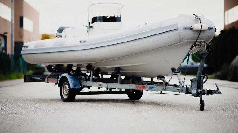 Barca su carrello rimorchio Centro revisioni Trieste