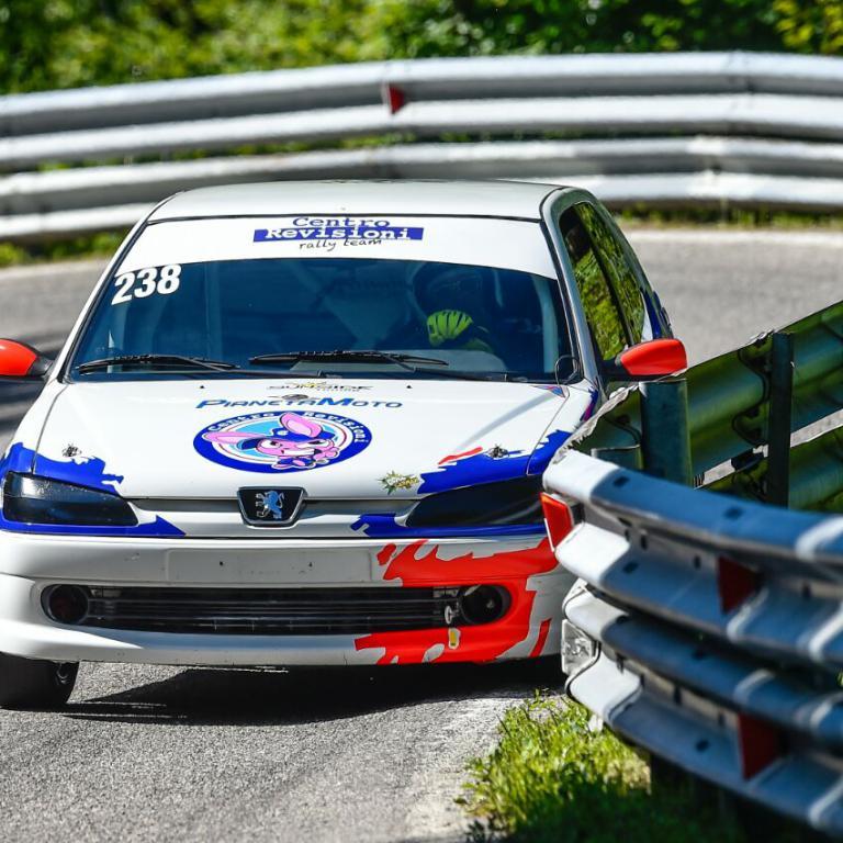 Macchina da Corsa su percorso vicino guard rail CR Rally Team
