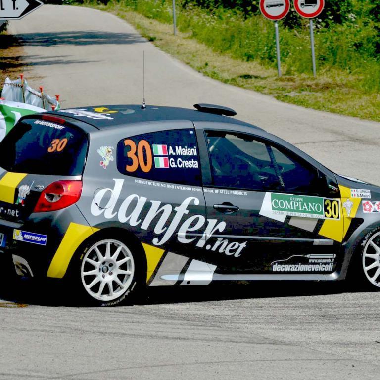 Macchina da Corsa su percorso in curva CR Rally Team