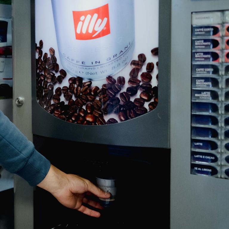 Distributore di caffè in sala d'aspetto centro revisioni